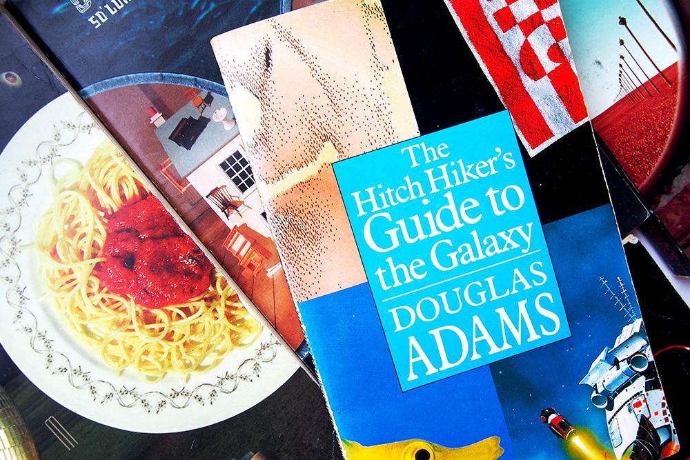 The Hitchhiker's Guide to the Galaxy: humoristische space opera die je gelezen moet hebben